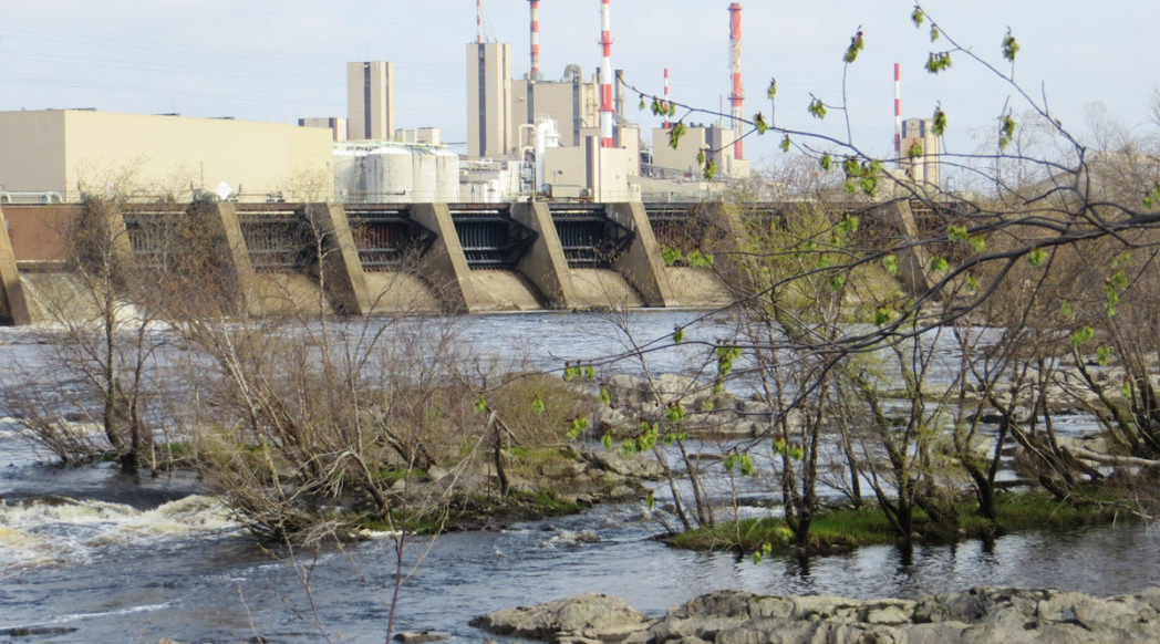 Photo of the Wisconsin Rapids paper mill and associated dam.
